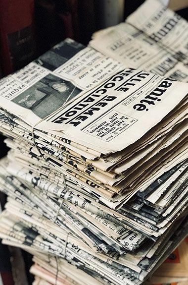 Zeitungsstapel auf dem Boden