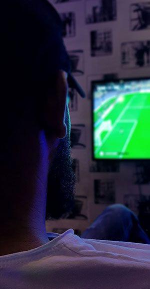 Mann beim fernsehen schauen