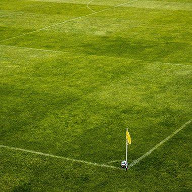 Ball auf Fußballfeld