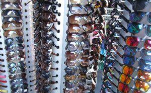 Sonnenbrillen in einem Modegeschäft