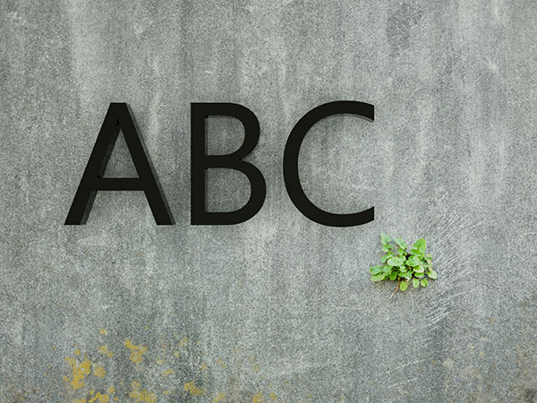 plexiglasbuchstaben-auf-wand