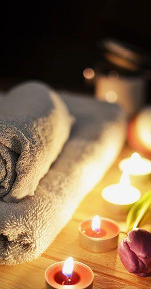 Kerzen mit frischen Handtüchern geben den Kunden ein gutes Gefühl