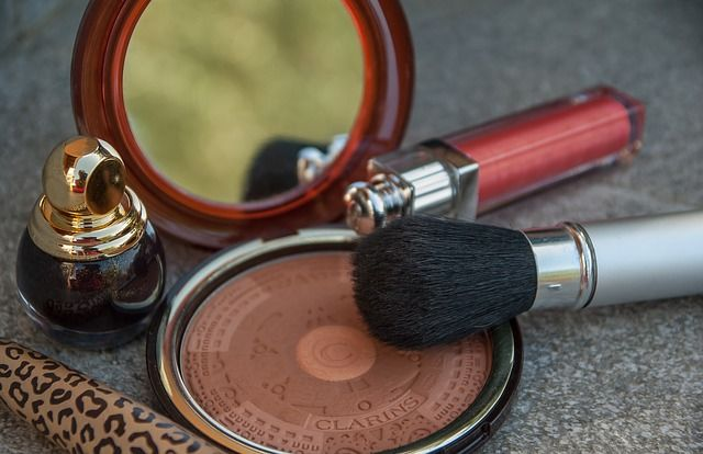 Lippenstift und Spiegel als Wellness Artikel