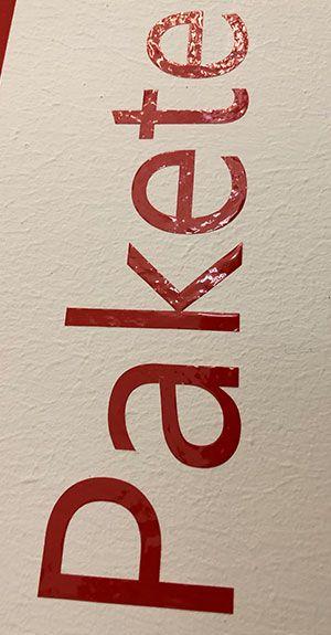 Roter Schriftzug auf einer Wand geklebt