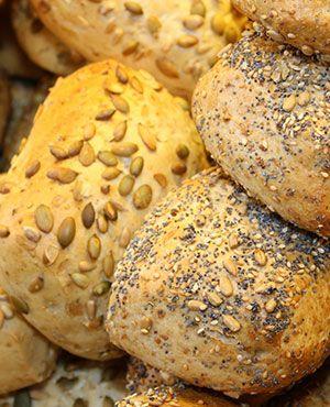 Frische Brötchen beim Bäcker