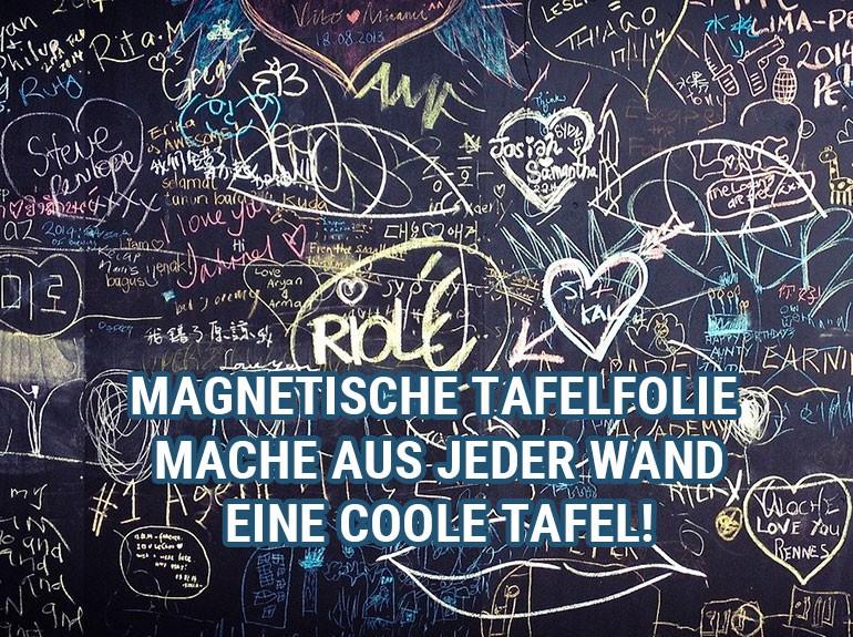 Bekritzelte Tafelfolie auf der Wand