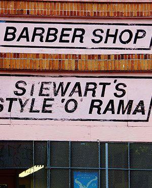 Auf die Hauswand gemalte Friseur Beschriftung