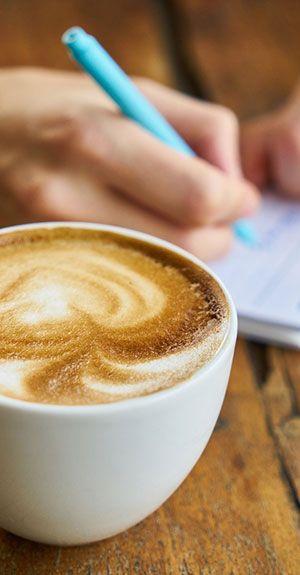 Mit WIFI im Laden kann der Kunde beim Kaffee auch arbeiten