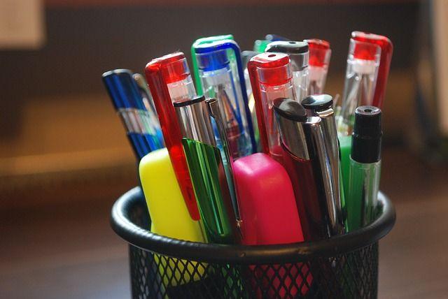Stifte im Becher aufbewahren