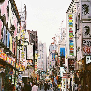 Großflächenplakate an Wänden in der Stadt in Asien