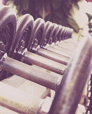 Hanteln im Fitnessstudio mit verschiedenen Gewichten