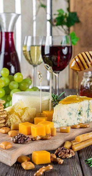 Wein und Käse serviert in einem Restaurant