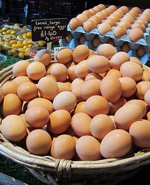 Eier in einem Hofladen stehen oft zum Verkauf