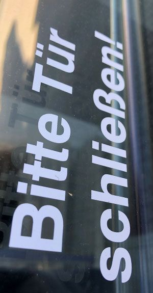 Tür schließen - Folienschriftzug