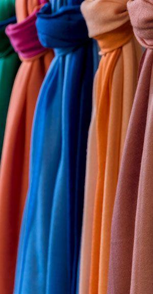 Verschiedene Schals in deinem Modeladen