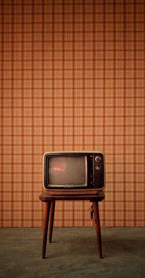 Alter Fernseher vor einer Wand