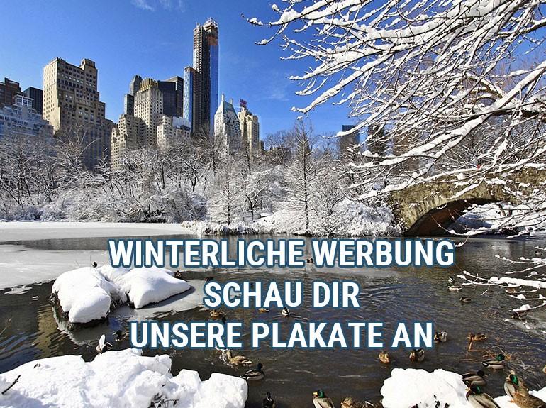 Blick in den winterlichen Park mit Werbeaufschrift