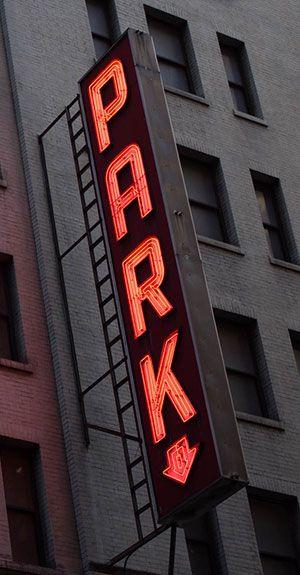Hier ist eine Neonreklame für einen Parkplatz