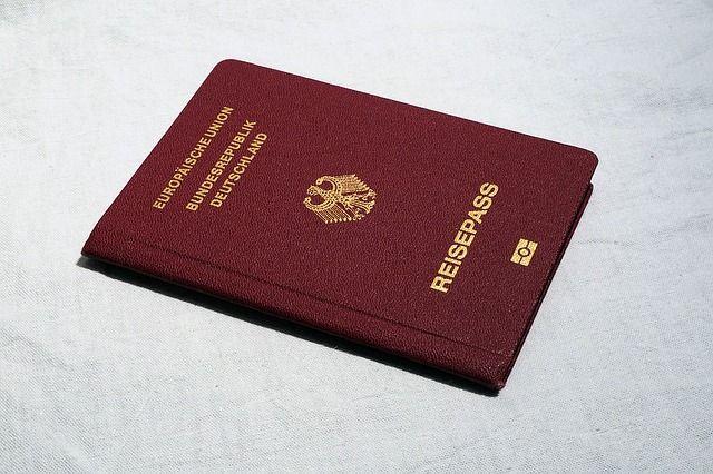 Ausweise und Dokumente in einer Tasche unterbringen