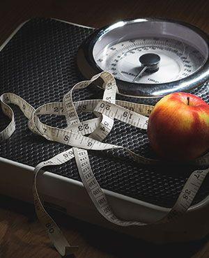 Waage und Apfel im Fitnessstudio